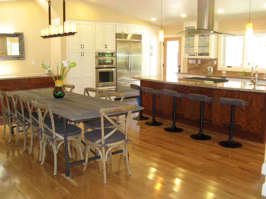 Open plan chef's kitchen and dining area