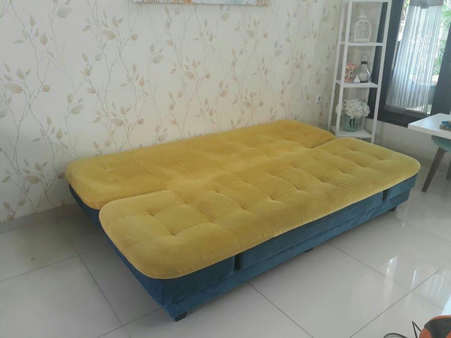 sofa di ruang tamu bisa direbahkan untuk jadi bed 2 orang