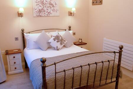 ROOM 5 - Double Room - Redhill - Bed & Breakfast