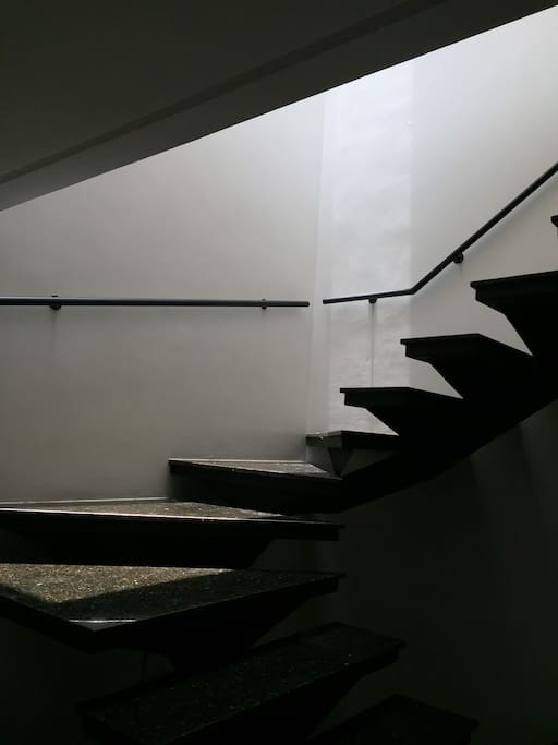 Escada translúcida.