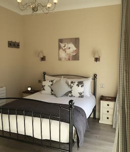 ROOM 6 - Triple Room - Redhill