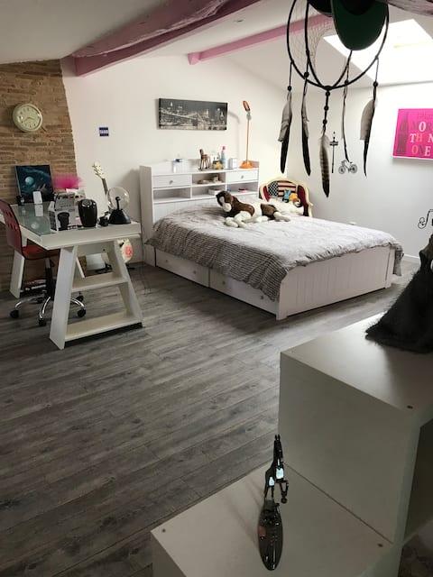 Chambre sous comble, moderne et spacieuse