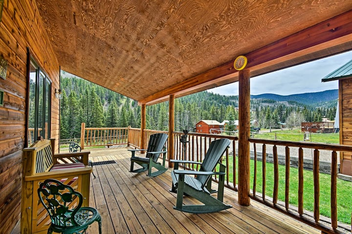 Cozy Cabin Escape w/ MTN Views Near the Red River!