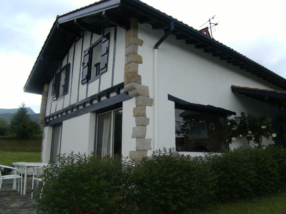 Vue maison, terrasse, et Rhune