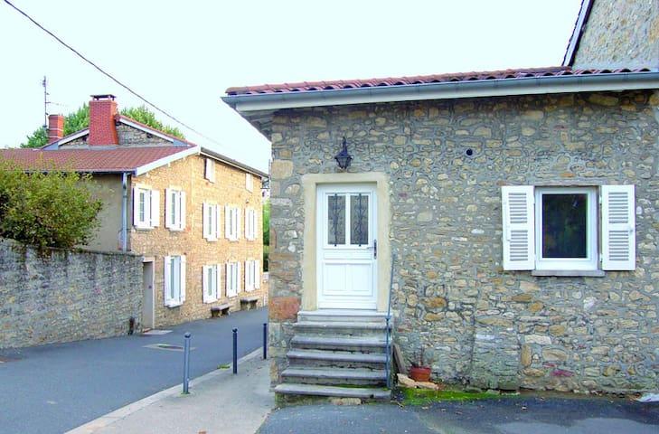 Petite maison au calme dans le village.