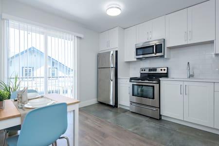 1BDR Bright cozy unit- Wifi-Kitchen-Balcony