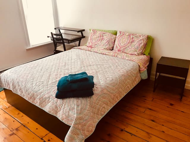 Large room in Brownstone, laundry min Path NY WIFI