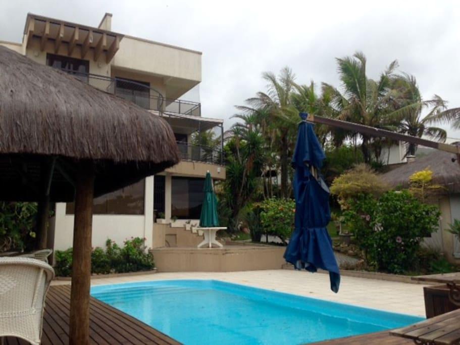 Gazebo, piscina e área externa