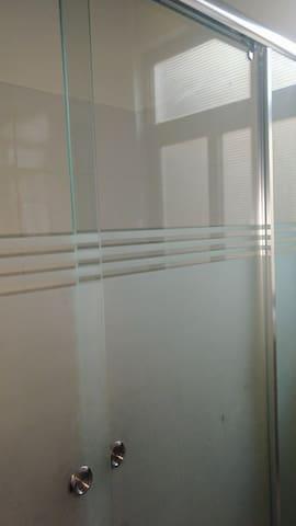 Mampara de vidrio con material de seguridad