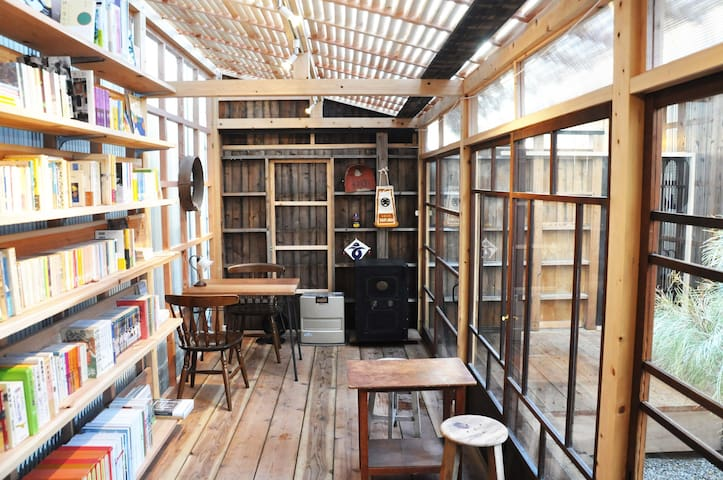 旅耕社 books & vintage This is small books&vintage store in hibarihostel. You can buy Japanese books and vintage item !