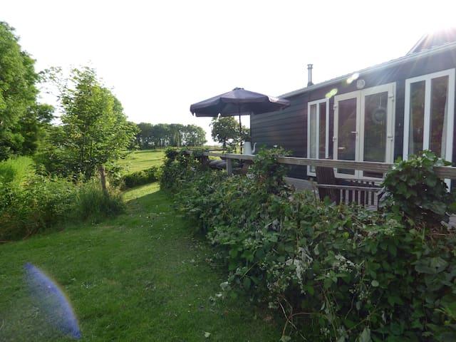 Chalet met fantastisch uitzicht en rust - Pingjum - Houten huisje