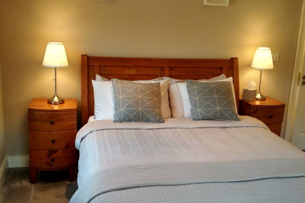 King size sleigh bed in bedroom