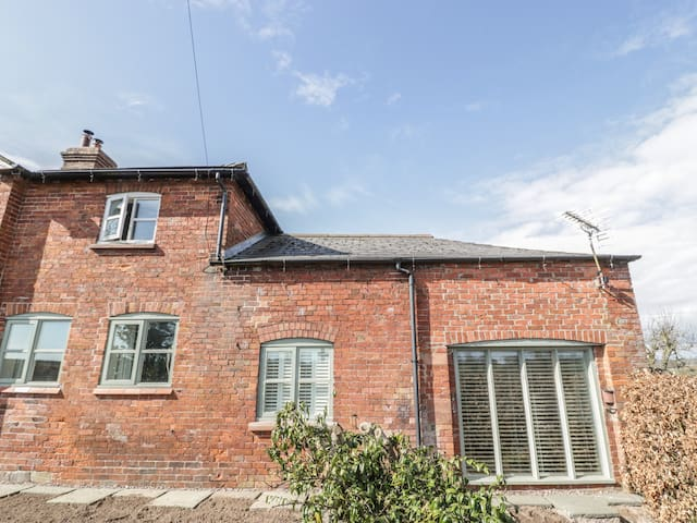 ROSE BANK COTTAGE, country holiday cottage in Ellesmere, Ref 916910