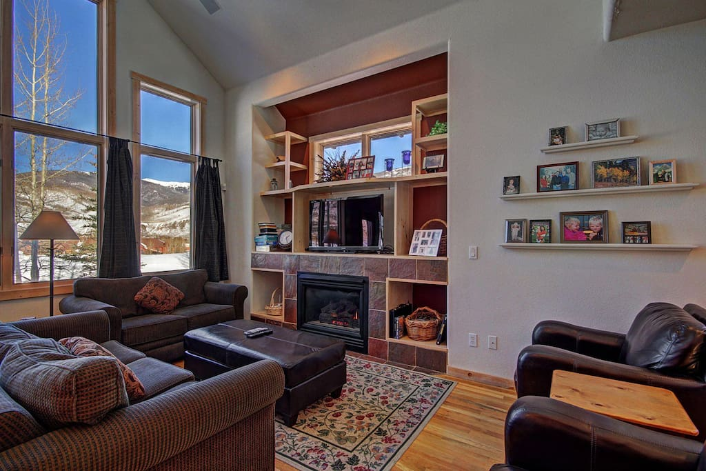 Great Room - Gorgeous mountain views, new HD TV & gas fireplace.