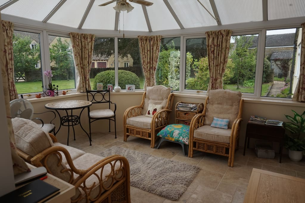 Conservatory & Guest Lounge