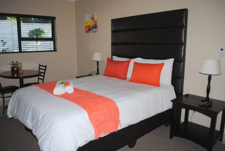 6 on Morris Guest Lodge room 15 - Sandton - Bed & Breakfast