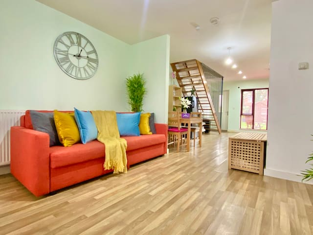 ⭐️ 5-Bed Townhouse Salford *Deep Cleaned*