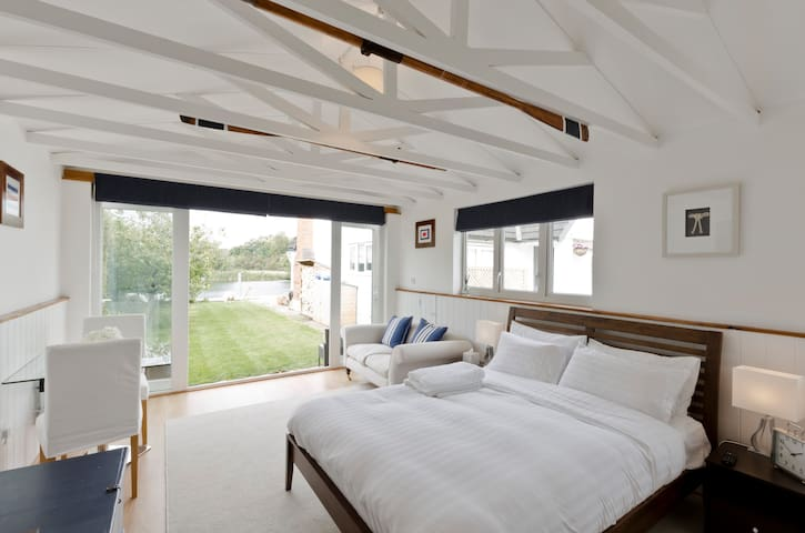 Light and airy luxury boathouse on the river - Cookham - Hytte