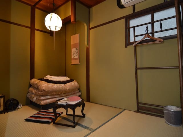 90 Year old Machiya Guest House located in Gion in Kyoto (for 1 person)/京都 祇園にある築90年の町家ゲストハウス(1名様定員)