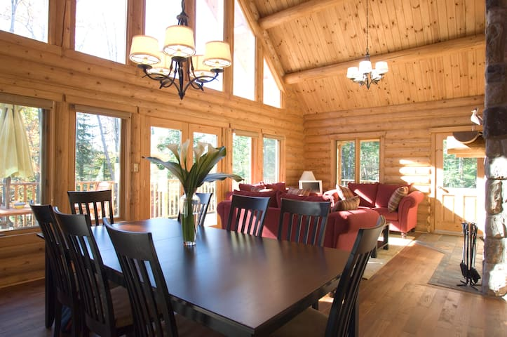 4 bed lake chalet Tremblant region