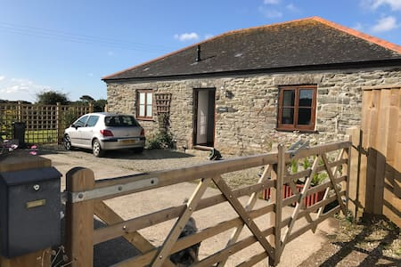 Stone cottage short drive to Porthleven / Helston