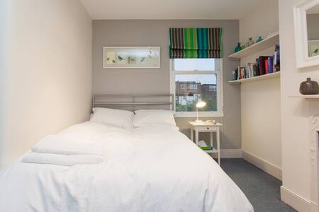 Lovely, sunny room in West London. - Ealing  - House