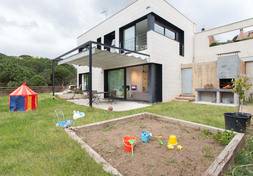 Jardín con espacio de juegos para los niños