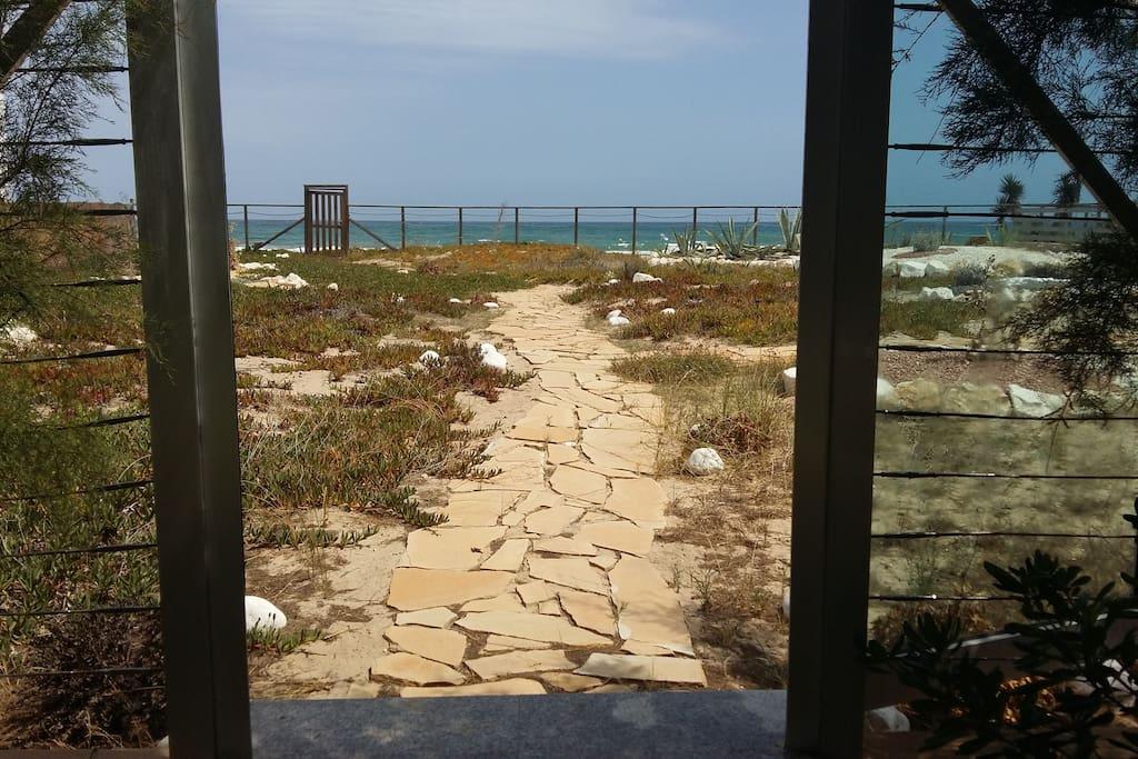 Sendero a playa desde puerta de jardin