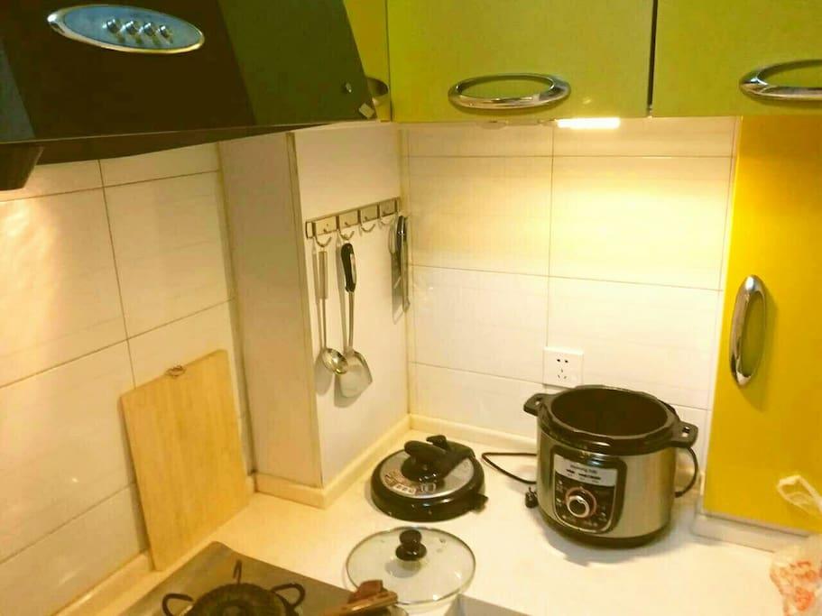 这里挂着一些刀具厨具,上面的柜子里有调料