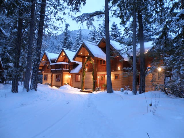 5 Star Luxury Lakefront Log Lodge  - Pemberton