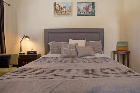 Big room, little lake view - Perfect for couples! - Glenbrook - Rumah