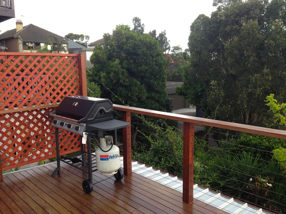 Spacious attic apartment in coogee bed breakfasts for for Living room yoga coogee