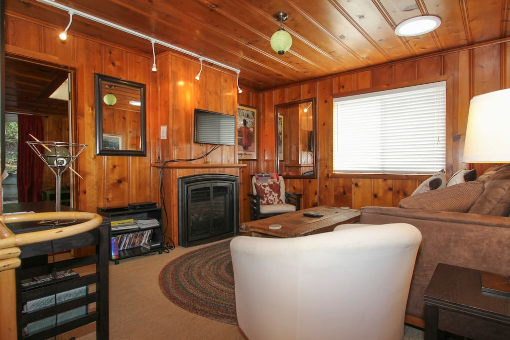 Relax after a day on the river in the cozy living room!