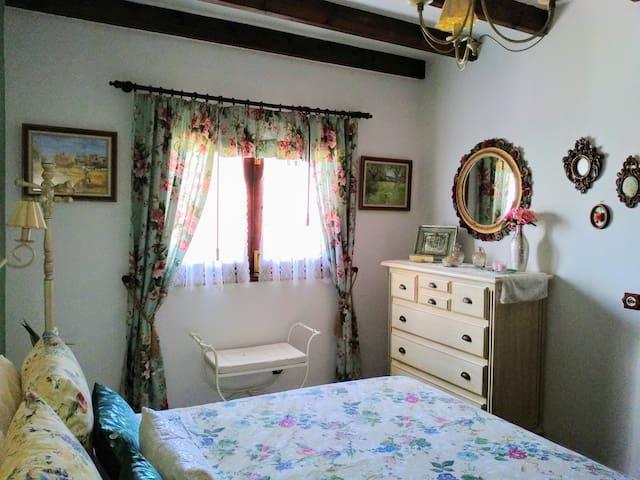 Otra vista del dormitorio principal con su precioso ventanal.