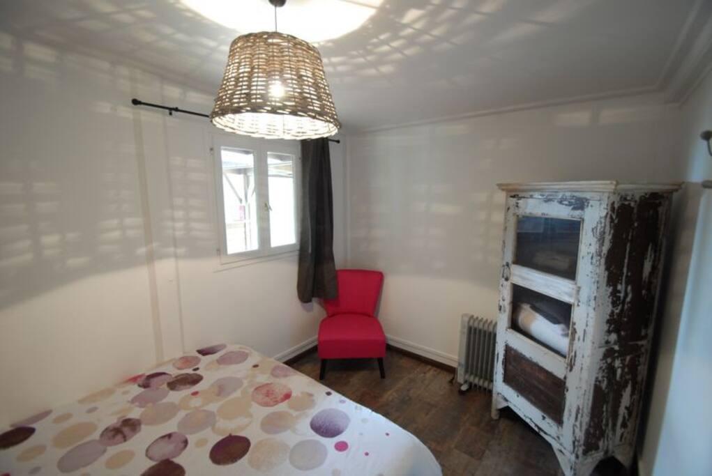 une première chambre avec un lit de 160cm, chambre 1