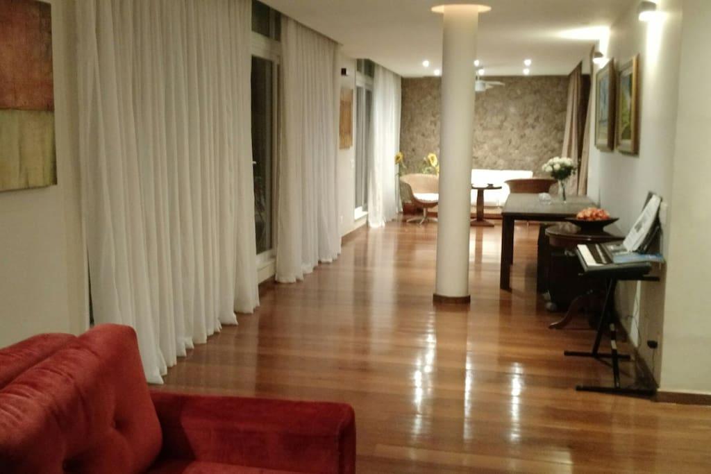 Amplo e várias salas confortáveis