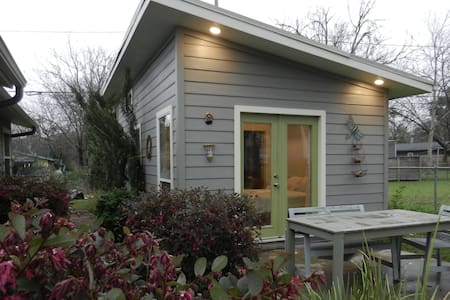 Modern South Austin Micro-Unit - Austin - House