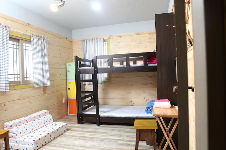 Basecamp 3 person room - Jeju - Bed & Breakfast