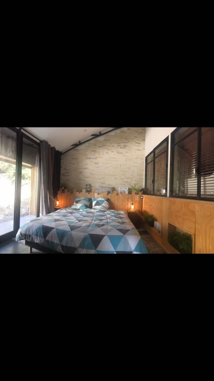 Chambre proche aéroport dans un loft avec piscine