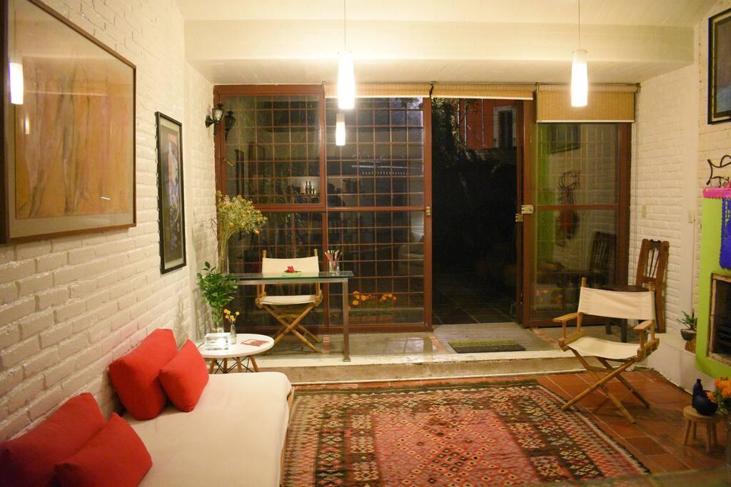 La Casita está rodeada por un gran jardín y la noche suele ser silenciosa, tranquila. Totalmente relajante.