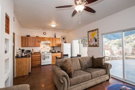 Cozy 1 bd amidst acres of Pinon - Albuquerque - Casa