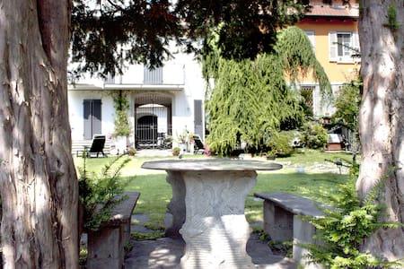 """Casa Vacanze """"All'ombra dei tassi"""" - Mandello del Lario - Haus"""