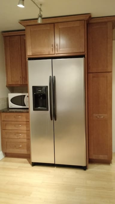 Large Stainless Steel Fridge in Kitchen w/water and ice dispenser