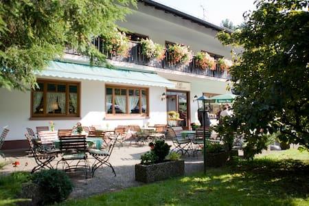 Gemütliches Doppelzimmer - Heigenbrücken - ที่พักพร้อมอาหารเช้า