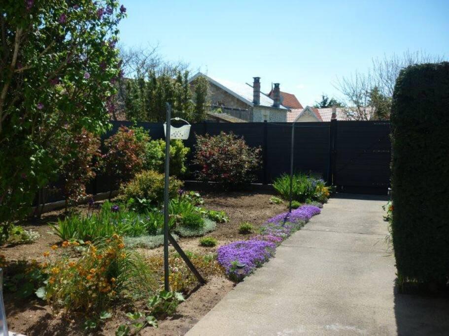 Jardin clos de 120m2 environ et environnement calme