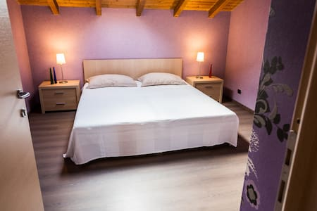 Camera matrimoniale - bagno esterno - Pofi - Bed & Breakfast