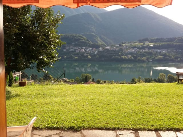 La casetta oasi sul lago townhouses for rent in for Casetta sul lago