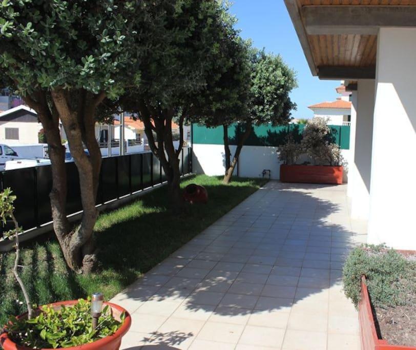 Jardim com acesso a cozinha e sala