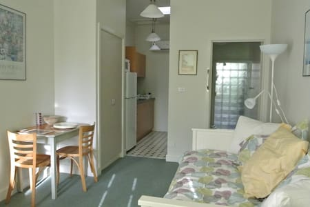 Neat compact flat in great location - Fairfield - Leilighet