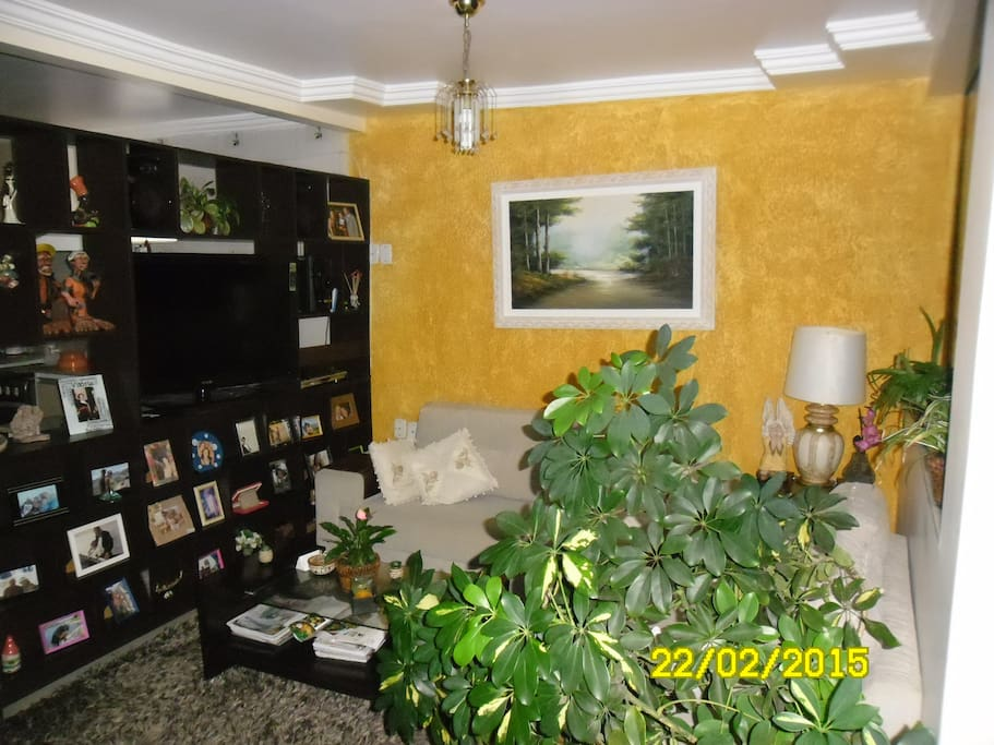 "sala de estar com tv de 42"" com assinatura de tv a cabo"